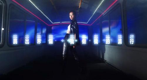 """""""虚拟服饰跳进现实?跨界LEVI'S?之后,QQ炫舞将开启首个国内虚拟偶像时装周走秀"""